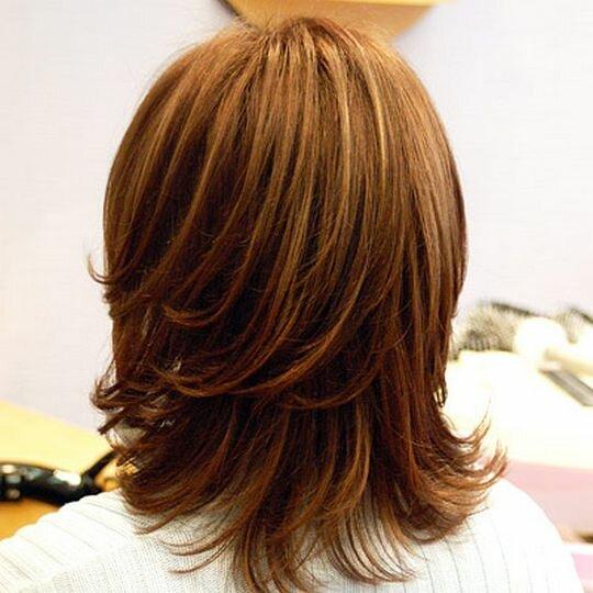 Каскадная стрижка на среднюю длину волос: вид сзади
