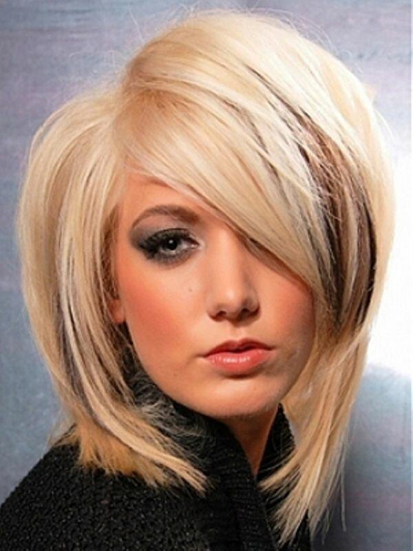Каскад и длинная косая челка добавят волосам недостающего объема, что актуально для обладательниц тонких волос