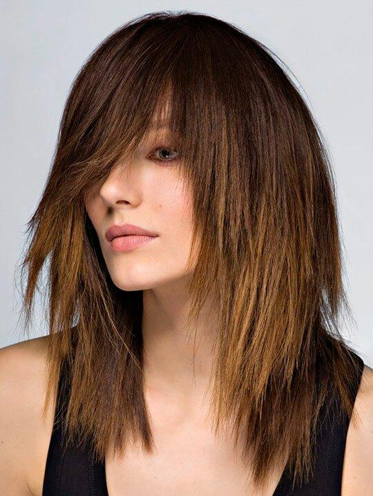 Каскадная стрижка на средние волосы легка в повседневном уходе