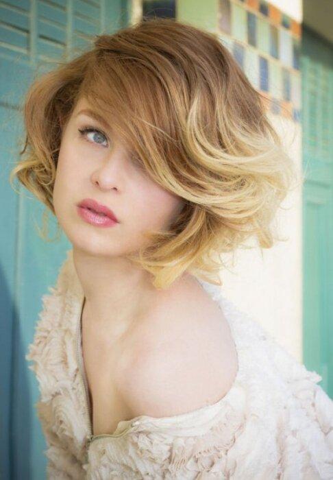 Асимметричное каре будет выигрышно смотреться при необычной покраске волос в стиле омбрэ