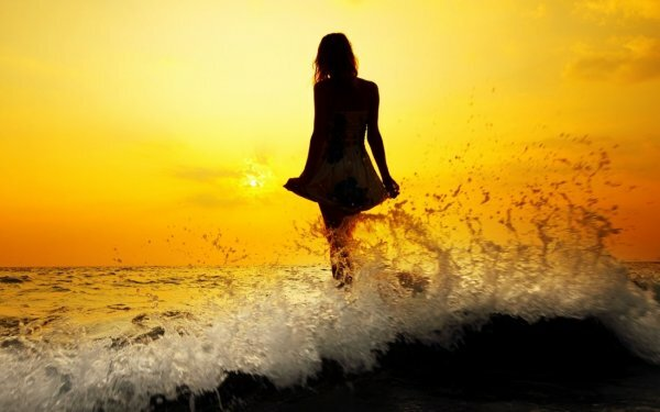 На закате даже волны смотрятся, словно языки пламени