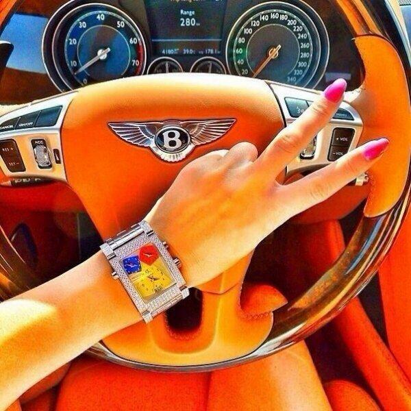 Яркое фото девушки за рулем авто