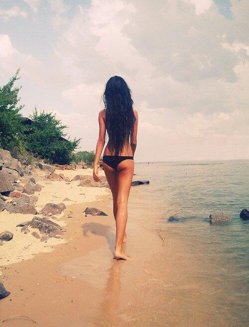 Красивая фигура, море по одно плечо, зеленый пейзаж – по другое. Что еще нужно для хорошего фото на аву?
