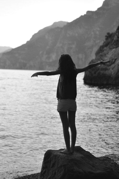 Даже черно-белое море смотрится на фото замечательно