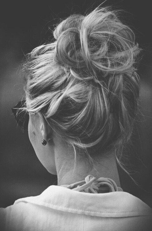 Блондинка на черно-белом фоне смотрится гармонично и мило