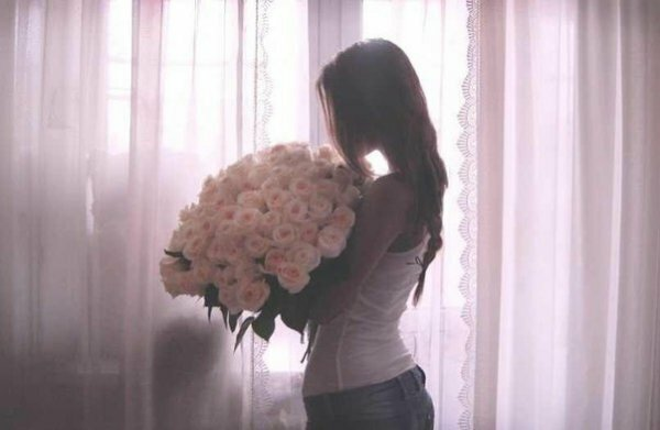 Белые розы - лучший подарок для русоволосой девушки