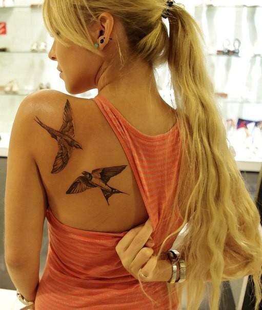 Тату в виде пары птиц символизирует взаимную свободу, вы вместе, но не скованы