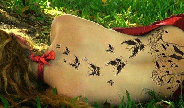 Тату с бабочками и нотами – лучший выбор для мечтательной меломанки
