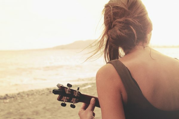 Девушка, гитара, море – три основных составляющих хорошего вечера и хорошего фото