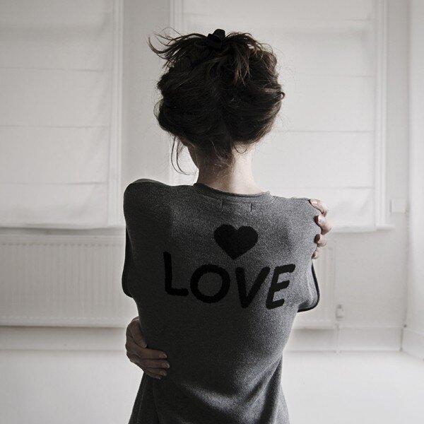 Даже небрежно заколотые волосы не испортят фото, которое несет любовь