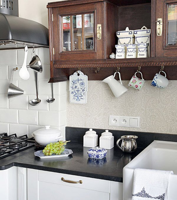 Современную же бытовую технику легко замаскировать деревянными панелями, а если позволяют средства, можно сразу приобрести стилизацию кухонных агрегатов под старину