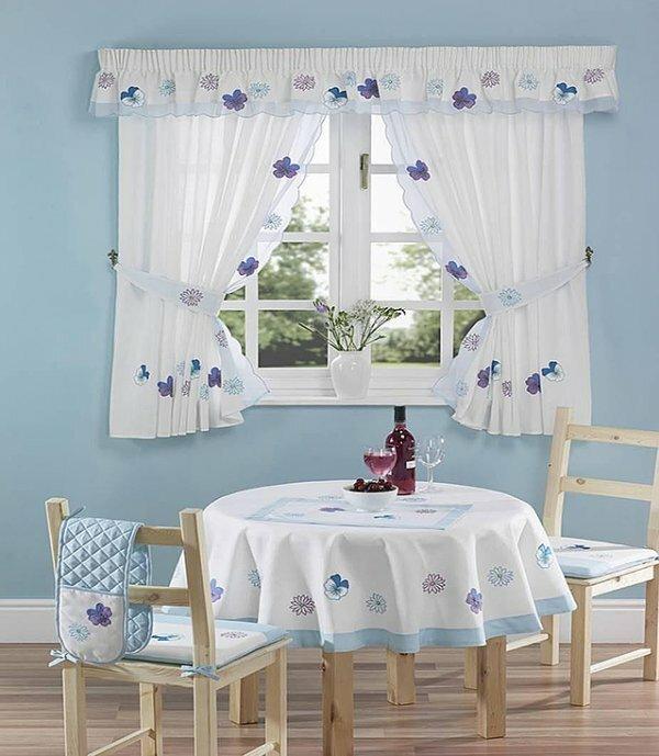 Как правило, это могут быть легкие шторы простого покроя с цветочным рисунком, клеткой или полоской. Наиболее часто встречающимся вариантом дизайна являются два симметричных полотнища, закрепленные на деревянных или кованых карнизах, обрамляющие оконный или дверной проем. Оформление можно разнообразить воланами, рюшами или кружевами. Фиксировать шторы можно с помощью бантов и различных держателей, выполненных в соответствующем ретро-стиле