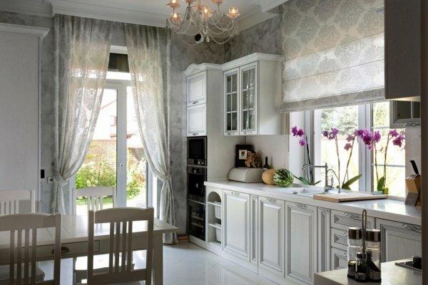 Римская штора в рабочей зоне кухни и длинные полотна занавесей при выходе на террасу