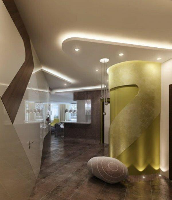 Не менее популярным вариантом дизайна прихожей является натяжной потолок со светодиодной лентой