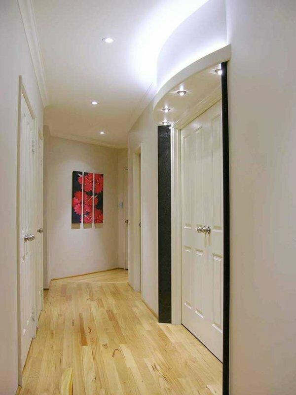 Для коридоров и прихожих различной планировки существуют некоторые нюансы в организации освещения. Так, например, узкие и длинные прихожие можно визуально расширить, направив светильники на стены. Отраженный от стен и потолка свет зрительно расширит ограниченное пространство
