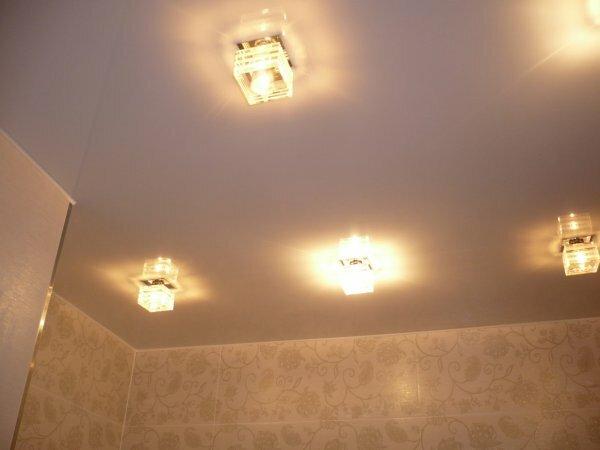 Выступающие точечные светильники, вмонтированные в натяжной потолок