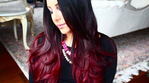 Необычное красное мелирование на концах волос