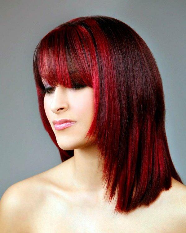 Радикальное красное окрашивание подчёркивает сложную форму стрижки