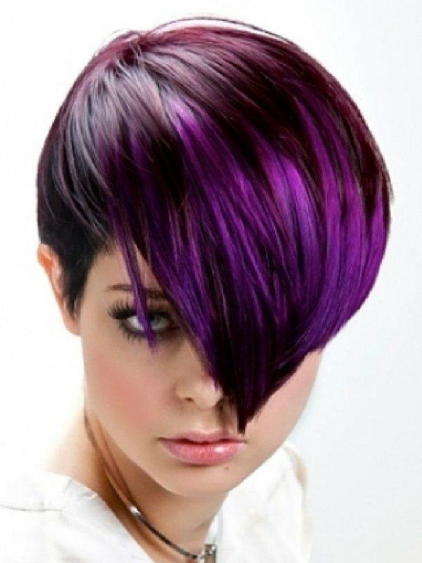 Радикальная короткая стрижка и смелое фиолетовое колорирование