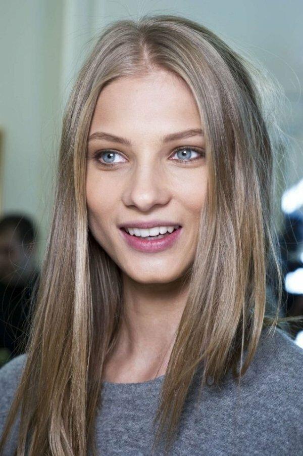 Пепельное мелирование на средне-русых волосах отлично оттеняет светлую кожу