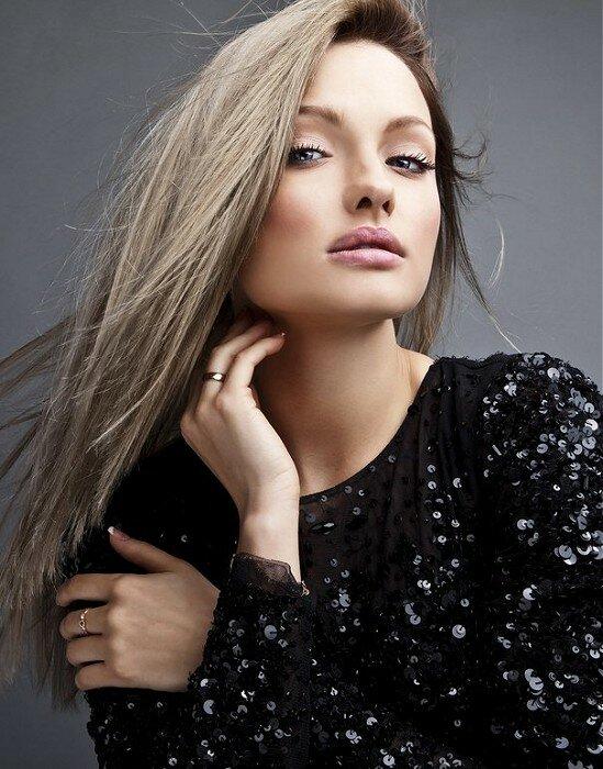 Пепельно-русый оттенок волос отлично подчеркивает изящные черты лица