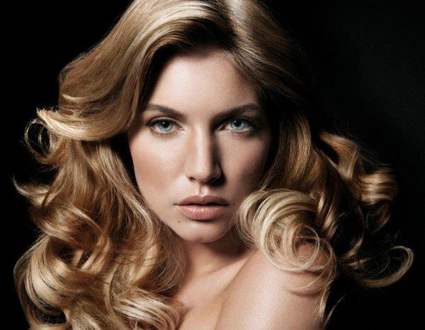 Эффектный жемчужный оттенок на каштановых волосах