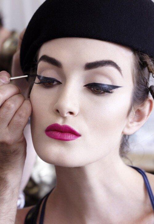 Стильный макияж в ретро-стиле с интенсивными черными стрелками