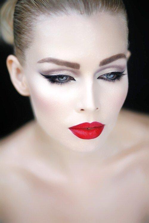 Еще один вариант ретро-макияжа для светловолосых девушек