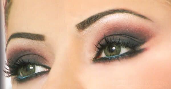 Эффектный фиолетово-черный макияж с растушевкой