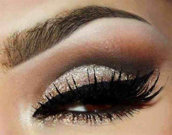 Праздничный макияж глаз с блестками и широкими стрелками