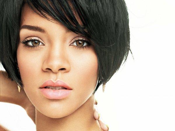 Густые яркие брови делают выразительный акцент на лице