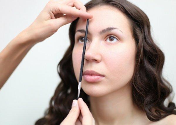 Эффектный угол и чёткая форма бровей придают лицу безупречную женственность