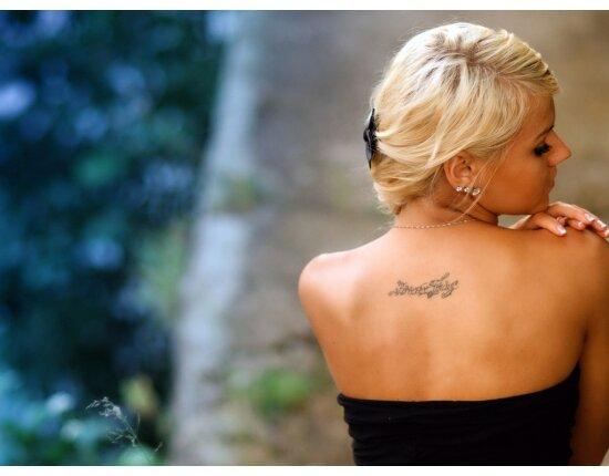 Эффектное фото на природе с яркой татуировкой
