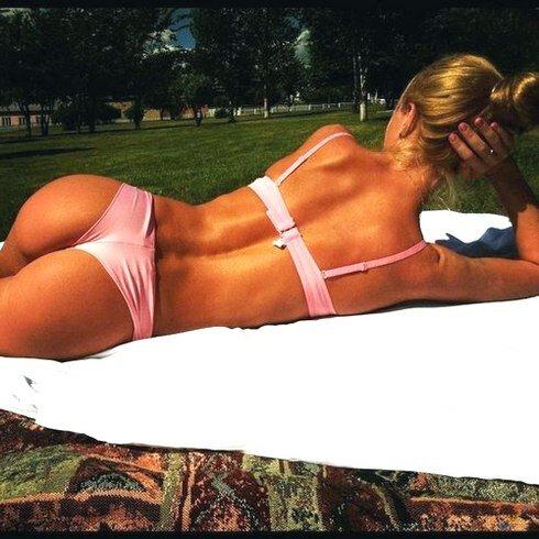 Жаркий летний день у бассейна