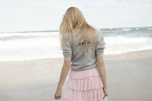 Нежный девичий образ на пляже
