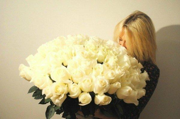 Роскошный букет кремовых роз прекрасно скроет лицо