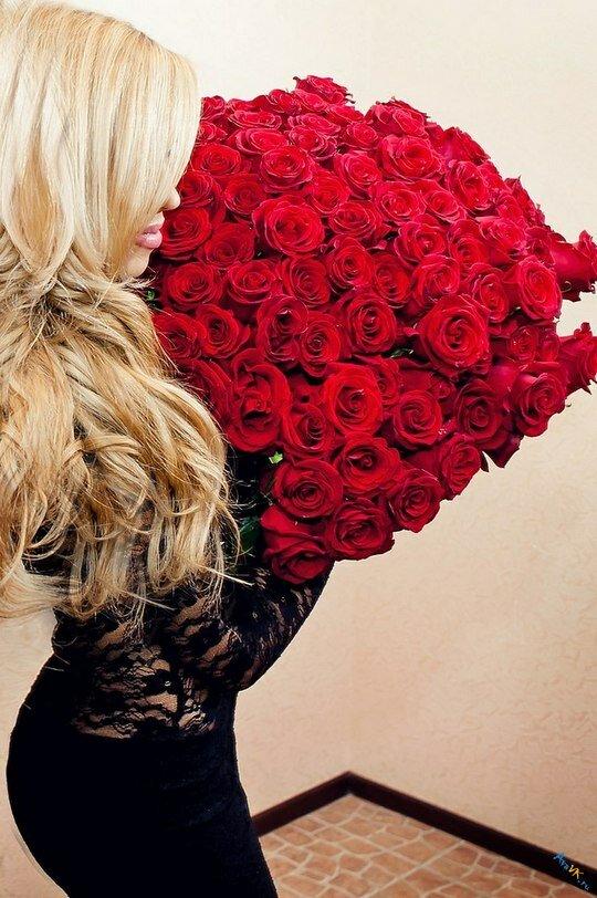 Фото с великолепным букетом алых роз