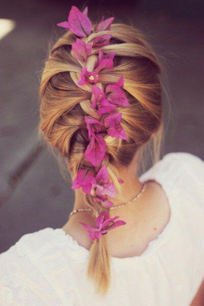 Нежная французская косичка с яркими цветами
