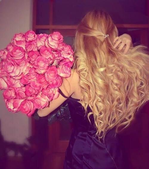 Посреди домашнего праздника, с букетом нежных роз