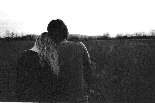 Романтичная пара на фоне заката