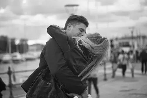 Страстный поцелуй, будто кадр из старого фильма