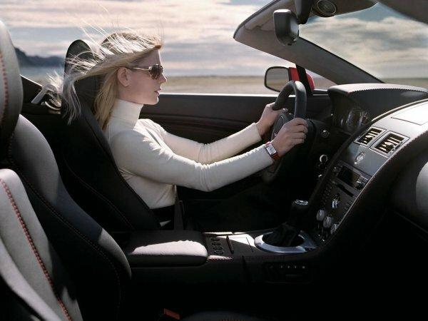 Стильное фото за рулем авто