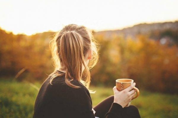 Осенняя сказка на природе с чашкой ароматного чая