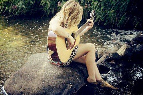 Девушка-гитаристка у реки