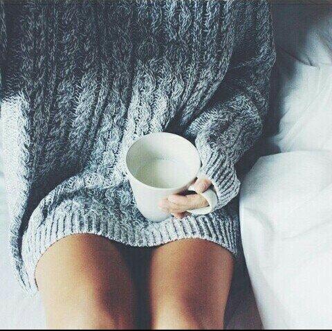 Зимой не всегда хочется выходить на улицу, лучше укутаться в любимый теплый свитер и приготовить горячий чай