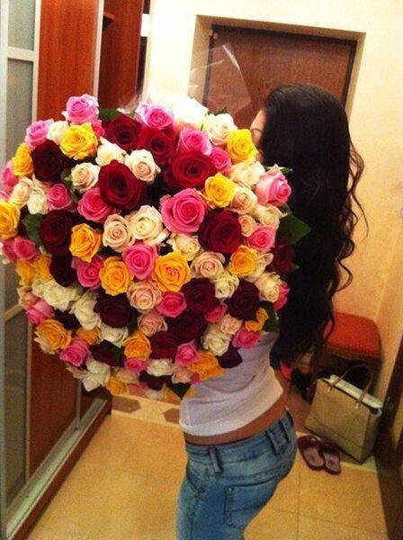 С роскошным букетом роз любая девушка преображается