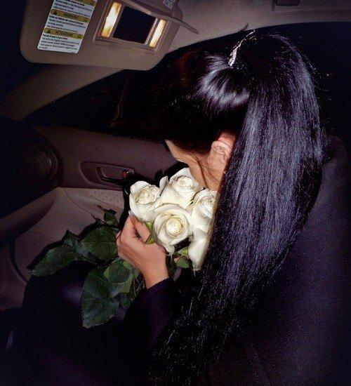 Кожаный салон и белые розы ‒ секрет эффектной аватарки
