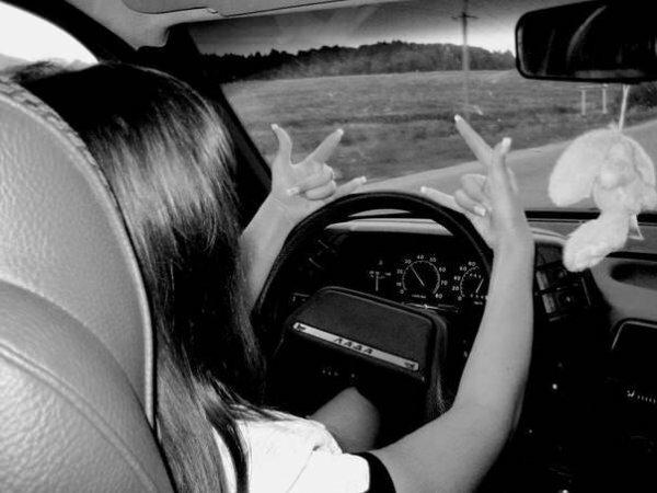 Крутая девчонка за рулем авто