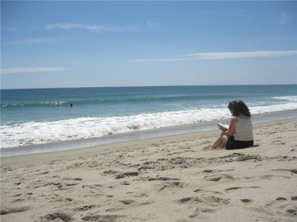 С книгой на пляже ‒выбор интеллектуальных брюнеток