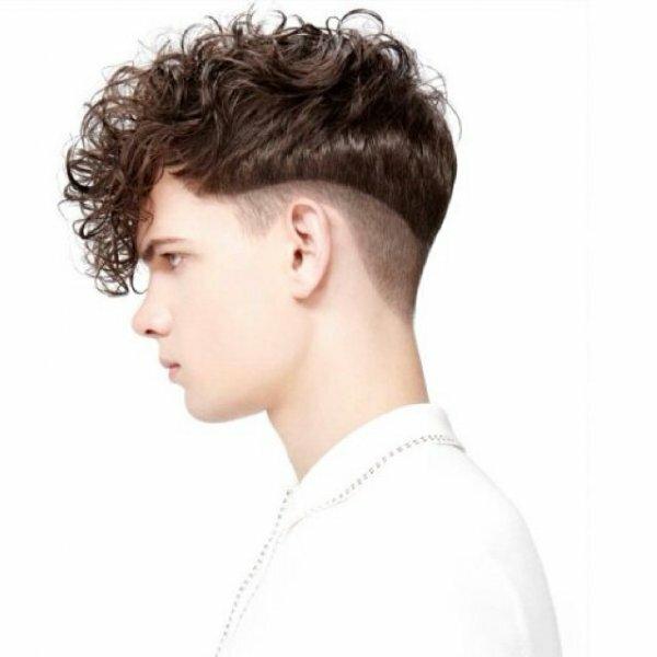 Стрижка на кудрявые волосы с выбритым затылком и висками